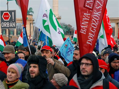 Budapest protests: Thousands of Hungarians demonstrate